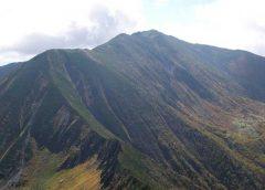 戸蔦別岳から見た幌尻岳