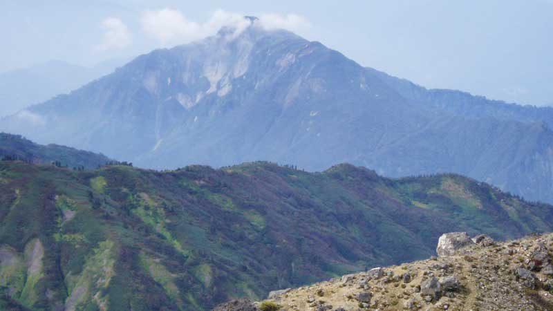 新潟焼山から望む雨飾山