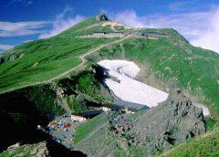 丸山から望む白馬岳と山小屋