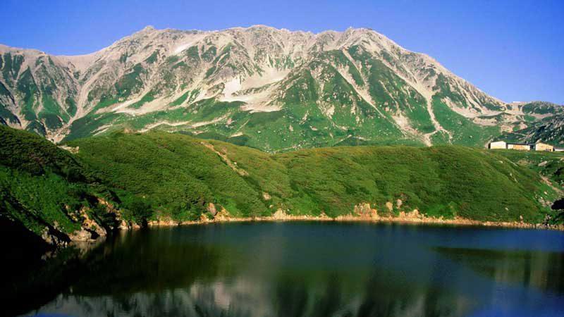 立山とミクリガ池、右中央に室堂山荘
