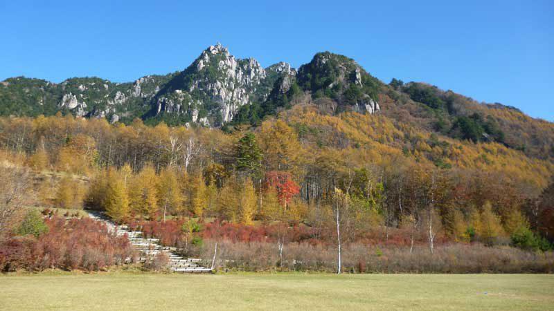 瑞牆山。山麓西方にあるみずがき山自然公園からの眺め。