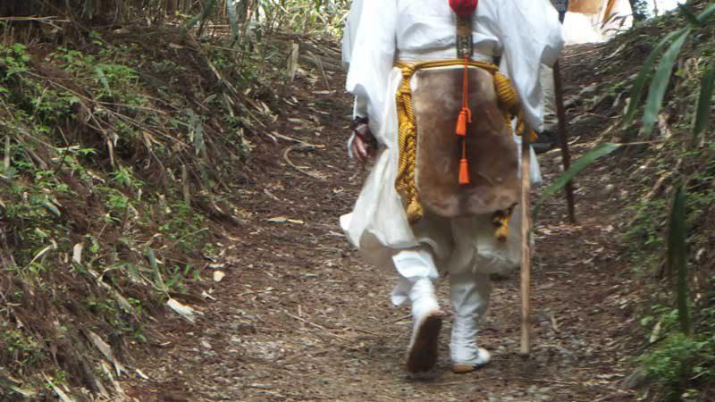 吉野と熊野を結ぶ大峯山を縦走する奥駈道を行く修行者
