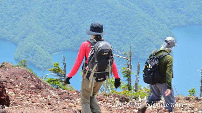 登山で下山をする女性登山者