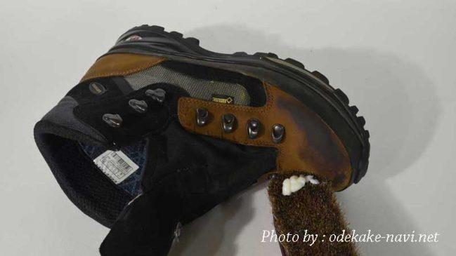 LOWAの登山靴のメリーナにコロニルレザーワックスを塗る