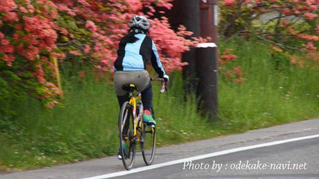 ロードバイクで走る女性