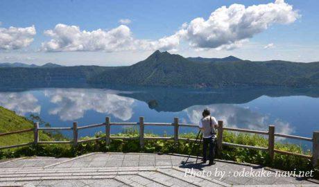摩周湖を撮るカメラマン