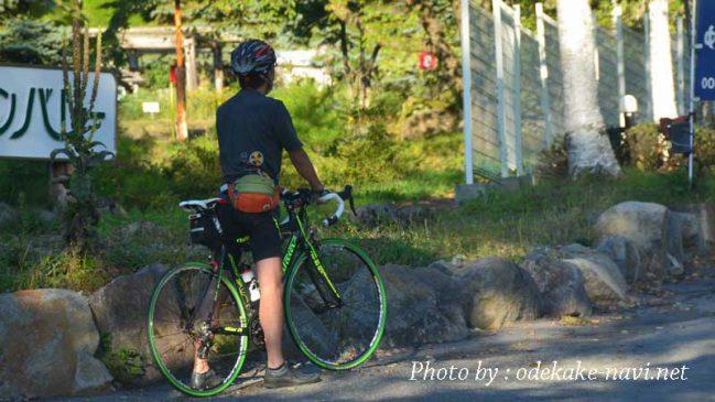 ロードバイクに乗る男性サイクリスト