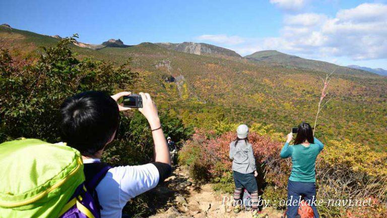 紅葉の安達太良山と登山者たち