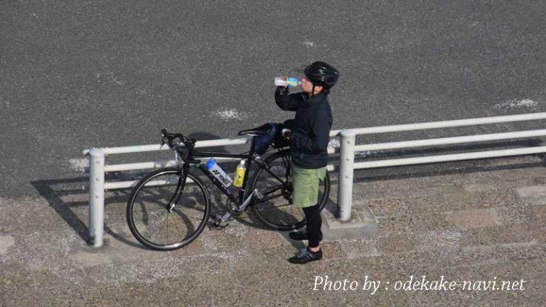 水を飲むサイクリスト