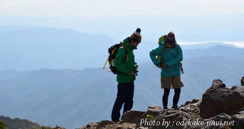 下山準備をする男女の登山者