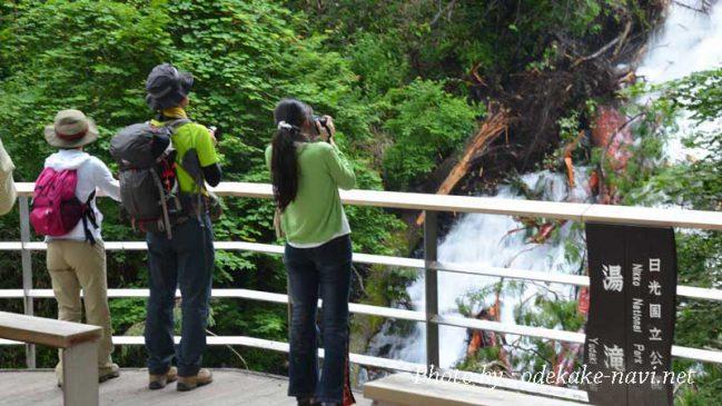 湯滝を写真に撮る女性