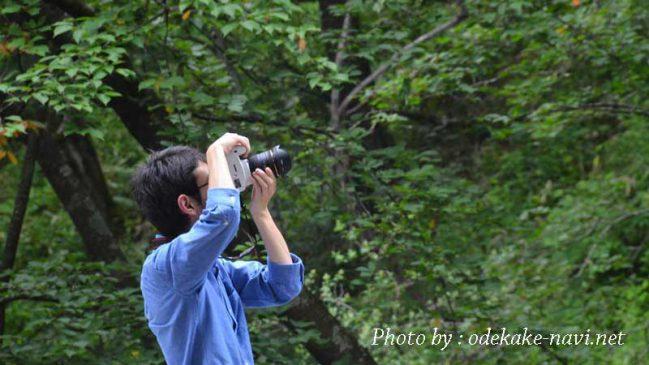 一眼レフカメラで撮影する男性