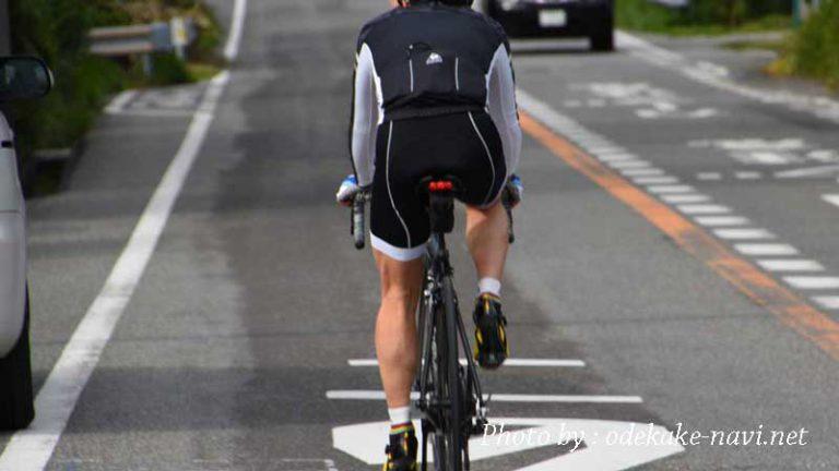 ロードバイクで走る男性