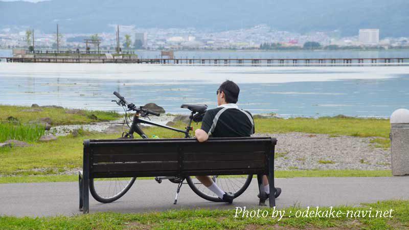 諏訪湖と男性サイクリスト