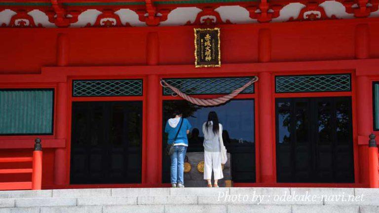 赤城神社を参拝する女性