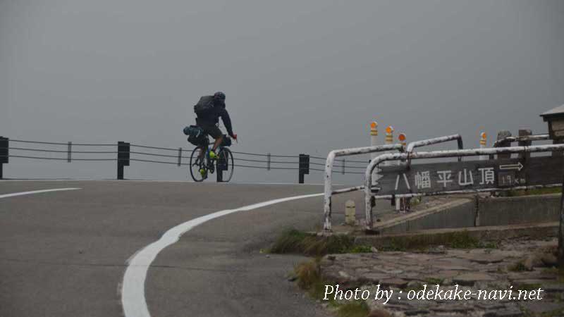八幡平アスピーテラインを走る自転車