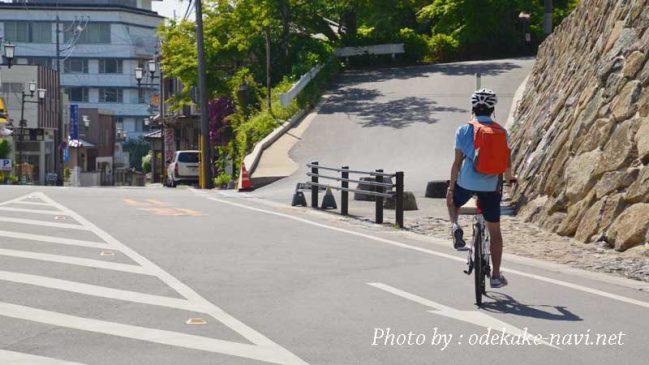 サイクリング中の男性