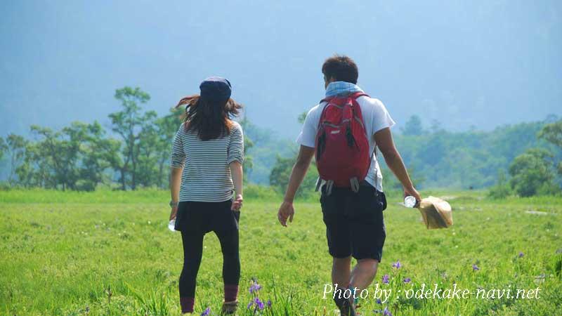 尾瀬ヶ原をハイキングする男女