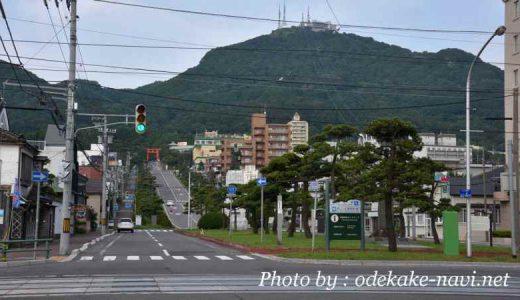 函館市電の線路と函館山